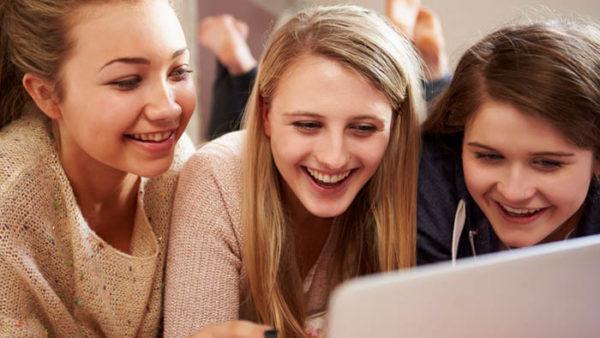 adolescentes hablando