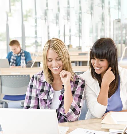 grupo de chicas estudiando felices