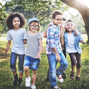 niños felices sonriendo