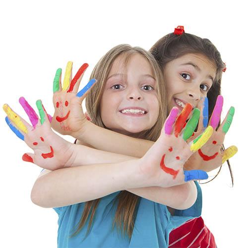 niñas felices manos pintadas