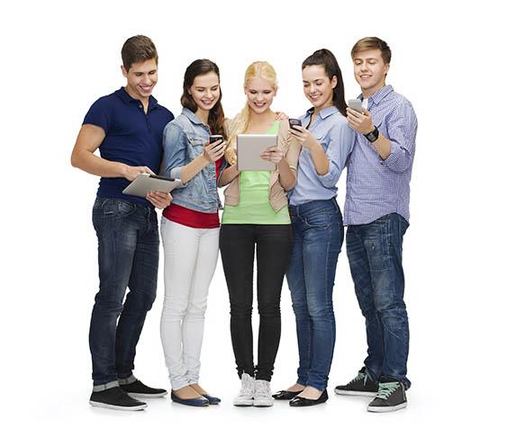 Estudiantes sonrientes usando teléfonos